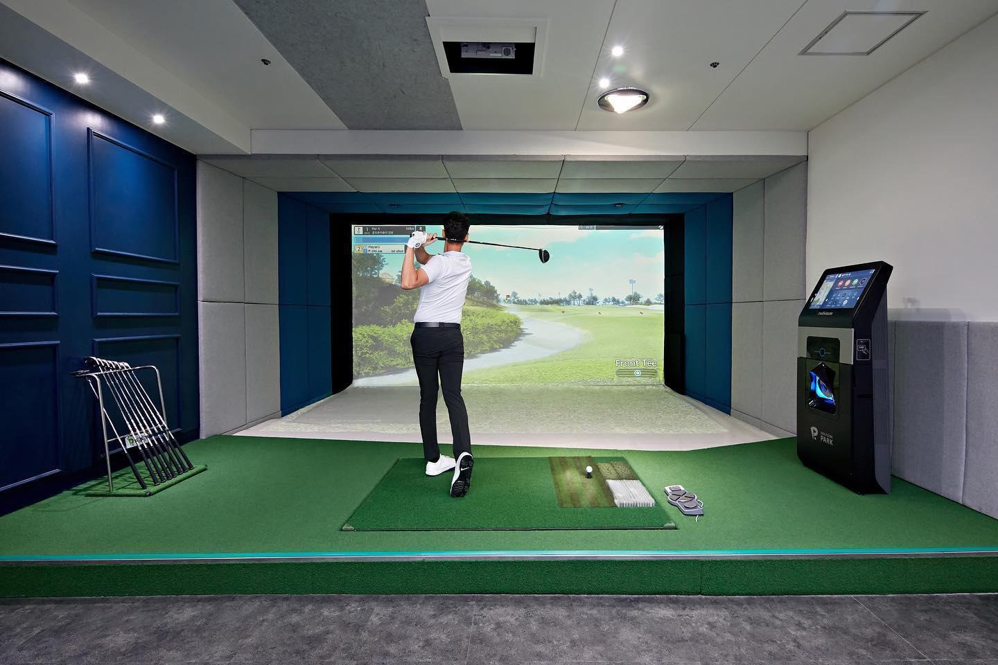Indoor golf simulator